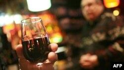 Ученые выяснили, отчего некоторым людям так трудно удержаться от выпивки.