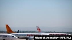 Самолеты в аэропорту Манас в Кыргызстане.
