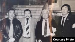 «Азат» қозғалысының съезін өткізіп жатқан белсенділер. Мақсұт Қалиев оң жақтан бірінші отыр. Алматы, 1991 жыл.