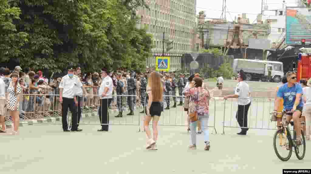 В Керчи по случаю военного парада в центре города перекрыли дороги. На мероприятие людей пропускали через рамки металлодетекторов, а также проверяли наличие защитных масок