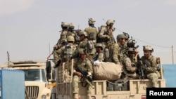 نیروهای افغانستان برای مبارزه با اعضای طالبان خود را به شهر قندوز میرسانند