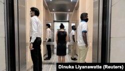 Шри-Ланка, Маркази Тиҷорат. Риояи фосилаи иҷтимоӣ дар як лифт