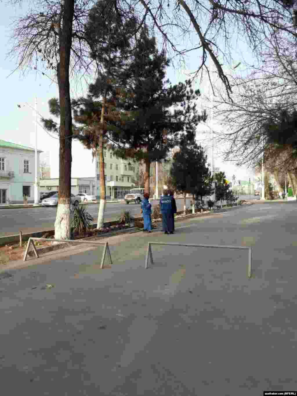 Сотрудники коммунальных служб города убирают улицу