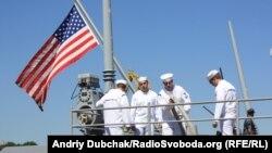 Американський ракетний крейсер Анжіо у порту Одеси під час міжнародних військових навчань Сі-Бриз 2011