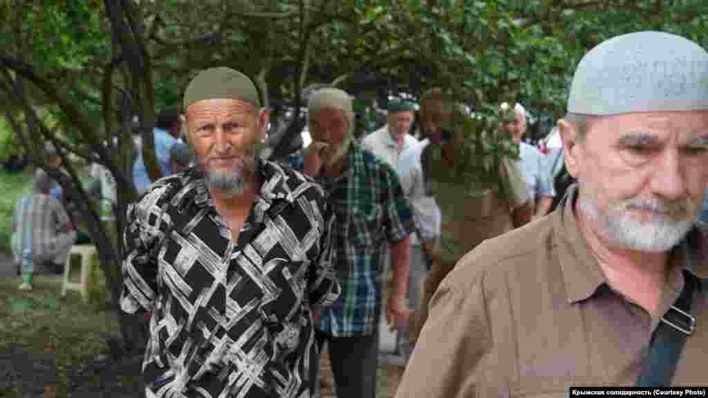 Десятки ветеранов крымскотатарского национального движения пришли под здание российского правительства Крыма в центре Симферополя
