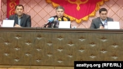 Аким Западно-Казахстанской области Нурлан Ногаев (слева), заместитель министра энергетики Узакбай Карабалин (в центре) и аким Бурлинского района Марат Тусипкалиев. Западно-Казахстанская область, 20 января 2015 года.