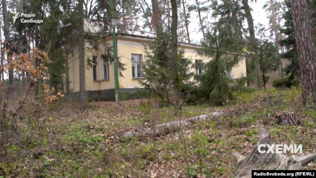 На тлі відремонтованого адміністративного будинку решта споруд на території комплексу виглядають значно гірше