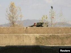 Pripadnik KFOR-a na glavnom mostu u Mitrovici, novembar 2011.