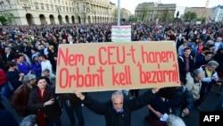 Акція на захист Центрально-Європейського університету в Будапешті, напис на плакаті «Не закривайте ЦЄУ, Орбана – у в'язницю», Будапешт, Угорщина, 9 квітня 2017 року