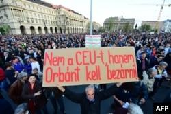 La o demonstrație de protest în fața Parlamentului de la Budapesta la 9 aprilie 2017