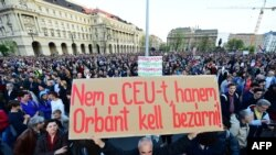 """""""Nu închideți CEU, Orban la închisoare"""", una din pancartele cu care s-a demonstrat duminică la Budapesta..."""