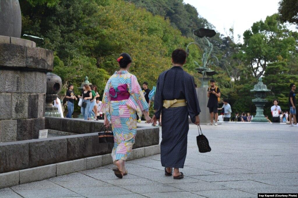 Молодая пара в кимоно