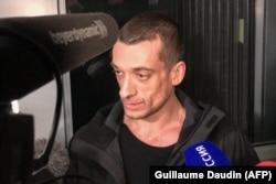 Петр Павленский дает интервью на выходе из здания суда 18 февраля