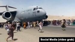 Афганцы на взлетно-посадочной полосе аэропорта в Кабуле пытаются заблокировать путь американского военному самолету