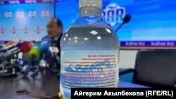 Саламаттык сактоо жана социалдык өнүгүү министри Алымкадыр Бейшеналиев журналисттердин алдында уу коргошундун тундурмасын ичти.