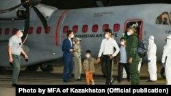 Қазақстан әскери ұшағы ұлты қазақ 35 адамды Ауғанстаннан атамекенге жеткізді. Алматы әуежайы, 9 қыркүйек 2021 жыл. Қазақстан СІМ таратқан сурет.