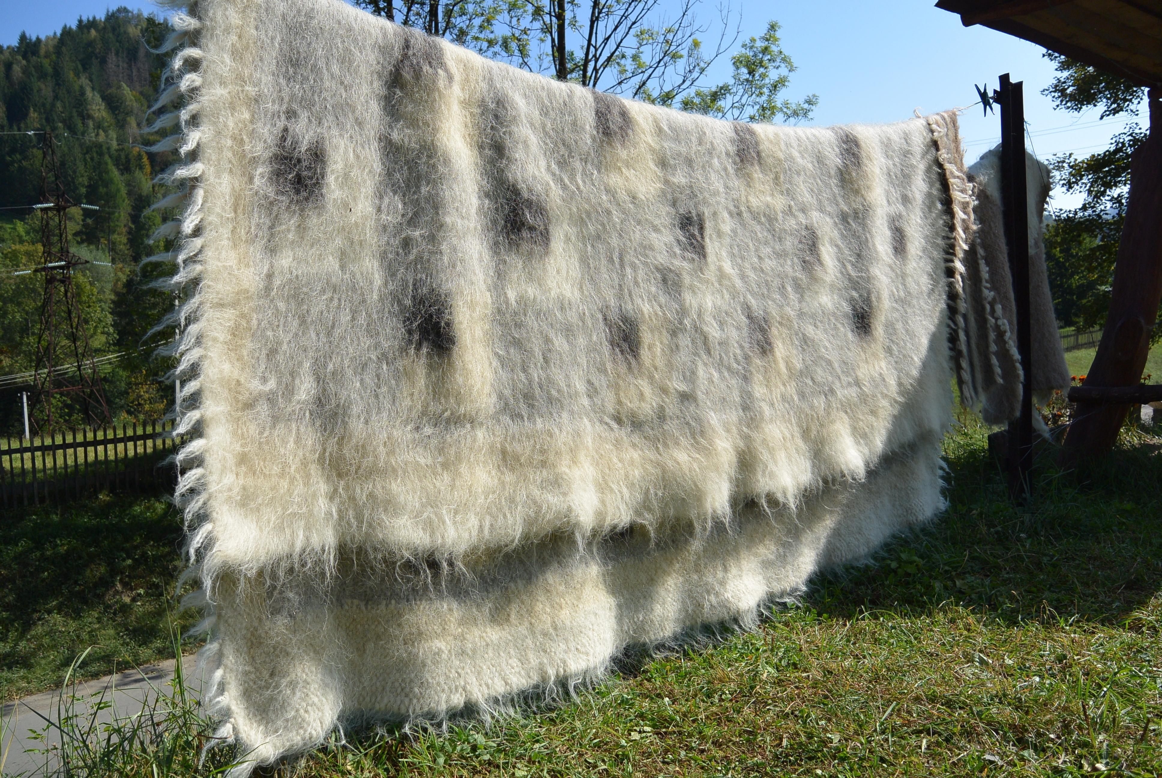 Виріб, тканий з овечої вовни, із довгим пухнастим двостороннім ворсом, оздоблений геометричними орнаментами. Використовується у побуті, в обрядах весілля та поховання, також має господарське призначення.