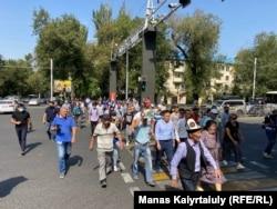 Протестующие идут к департаменту полиции в Алматы