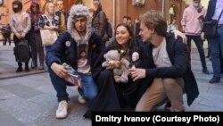 Trei tineri activiști pentru democrație, Olga Misik, Igor Basharimov și Ivan Vorobievsky au fost condamnați la arest la domiciliu pentru că au aruncat cu vopsea pe o gheretă de securitate din fața biroului Procurorului General.