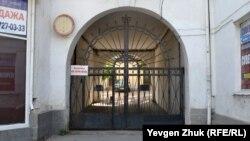Арка и ворота у дома №5 по проспекту Нахимова