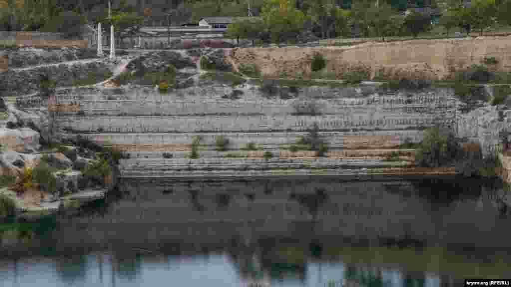 Искусственные ряды террасы над озерной гладью