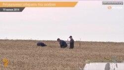 Українські рятувальники виносять тіла з місця падіння «Boeing-777»