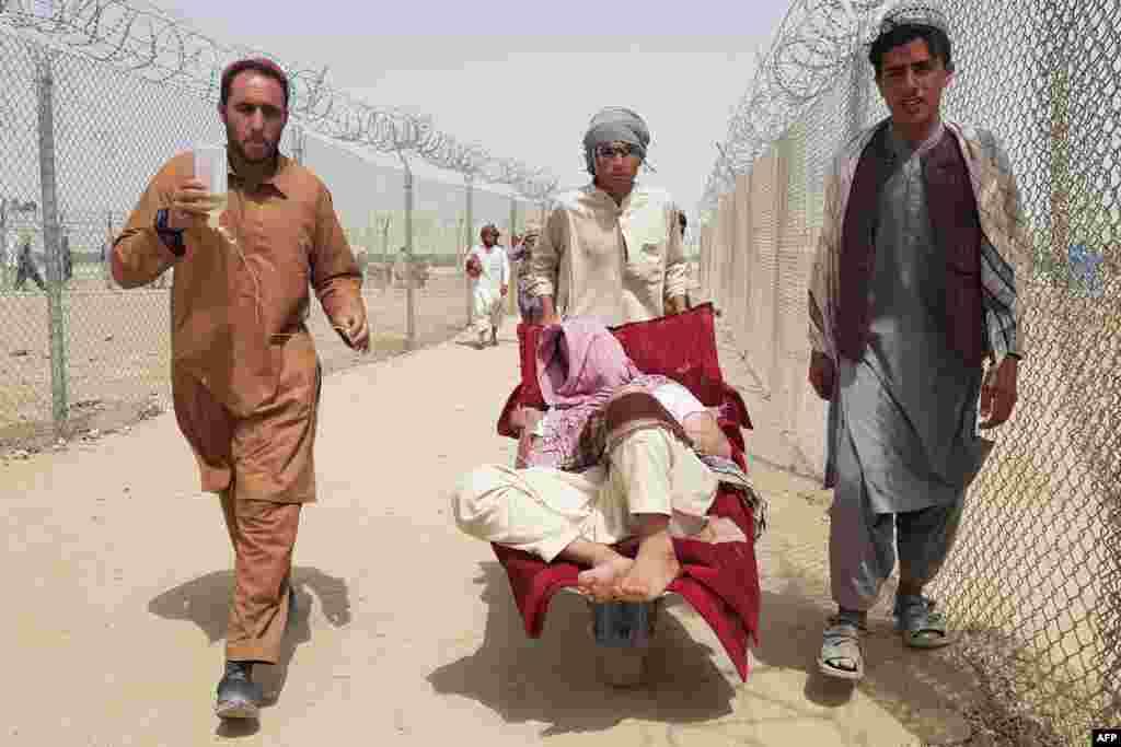 Мъже придружават свой близък афганистанец на граничния пункт Чаман на влизане в Пакистан.