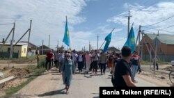 Диана Баймагамбетова была в числе других активистов, которые в августе прошли от дома покойного Агадила к кладбищу, где он похоронен, в поселке Талапкер Акмолинской области. Полиция и суды назвали это участием в несанкционированном шествии.