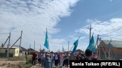 Прибывшие на поминки по активисту Дулату Агадилу идут к кладбищу, где он похоронен. Село Талапкер Акмолинской области, 8 августа 2020 года.