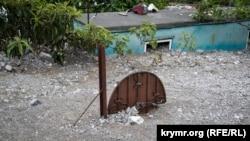 Дом в Ай-Василе, засыпанный остатками селевого потока, 18 июня 2021 года