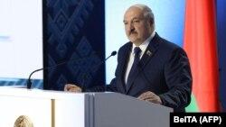 Лукашэнка выступае на Ўсебеларускім народным сходзе. Менск, 11 лютага.