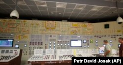 Angajații lucrează la centrul de control al centralei nucleare Dukovany