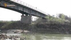 Poduri ce unesc şi despart