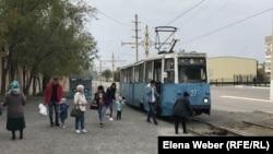 Пассажиры выходят из трамвая. Темиртаусцы выбирают трамваи, поскольку проезд в них дешевле, чем в автобусе, и к тому же некоторые части города не охвачены автобусным сообщением.