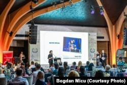 Bogdan Micu vorbește în timpul evenimentului Gala Excelenței în Afaceri 2021, care s-a desfășurat în Brașov.