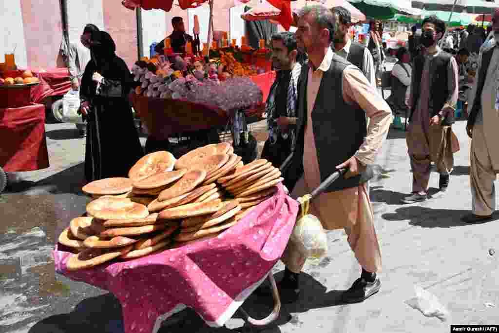 Кабулдың орталығындағы базарда нан сатып жүрген ер адам. 28 тамыз 2021 жыл.