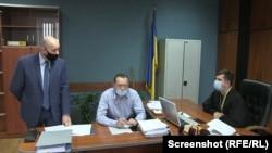Прокурор Єгор Ребров (ліворуч) та суддя Дмитро Гонтар (праворуч) на засіданні Херсонського міського суду. 9 листопада 2020 року.