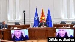 Премиерот Зоран Заев и новинарот Зоран Иванов на трибина : Патот на (Северна) Македонија до независноста. Тирибината се одржа во владата. Учесниците се без маски.