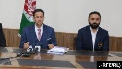 بشیر ترهکی (راست) مربی تیم ملی تکواند درکنفرانس خبری مسئولان فدراسیون ملی تکواندوی افغانستان