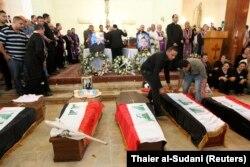 تابوت کشتهشدگان حمله به کلیسای «بانوی نجات ما» پیچیده در پرچم عراق در مراسم خاکسپاری در کلیسای کلدانی سنت ژوزف بغداد در نوامبر ۲۰۱۰