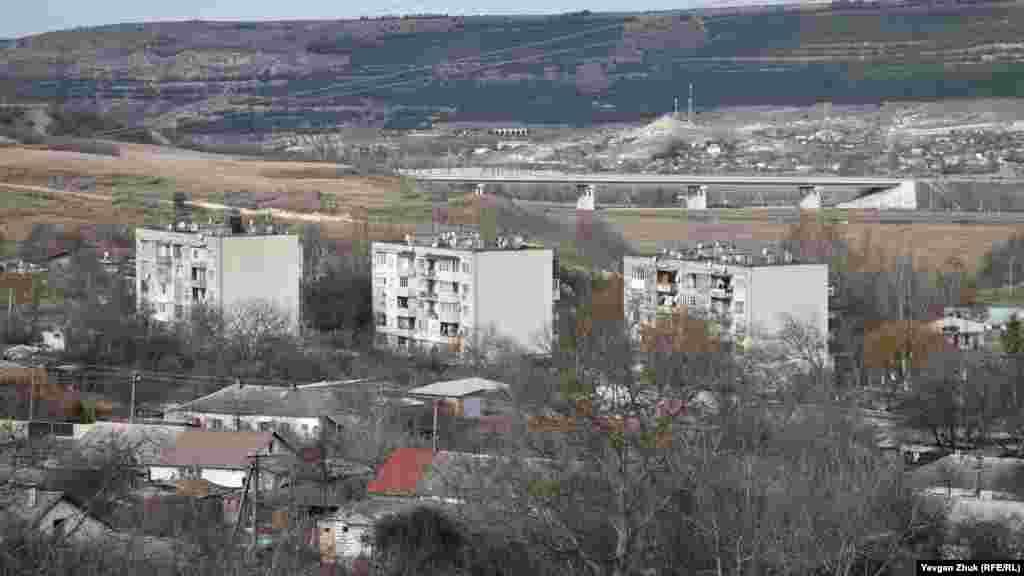 Sovetler vaqtında sovhoz bir qaç beş qatlı binanı qurdı. Uzaqta «Tavrida» yolu körüne