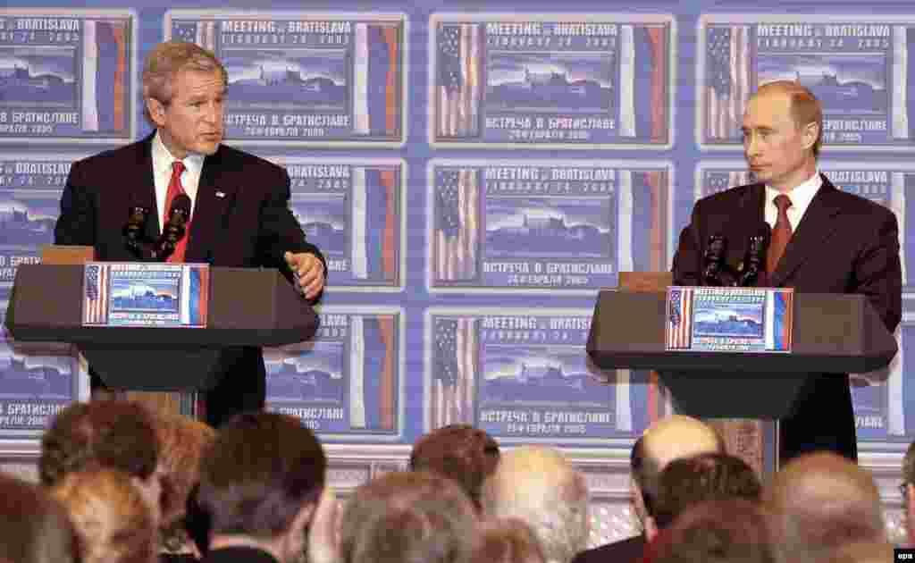 George W. Bush și Vladimir Putin. Bratislava, Slovacia,24 februarie 2005 Într-un scurt summit desfășurat la Bratislava, președinții Biden și Putin s-au angajat să coopereze pentru combaterea terorismului nuclear prin îmbunătățirea măsurilor de securitate la instalațiile nucleare. De asemenea, a existat o înțelegere cu privire la grăbirea procesului de aderare a Rusiei la Organizația Mondială a Comerțului.