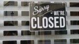 Закрытый сувенирный магазин в Праге. Осень 2020 года