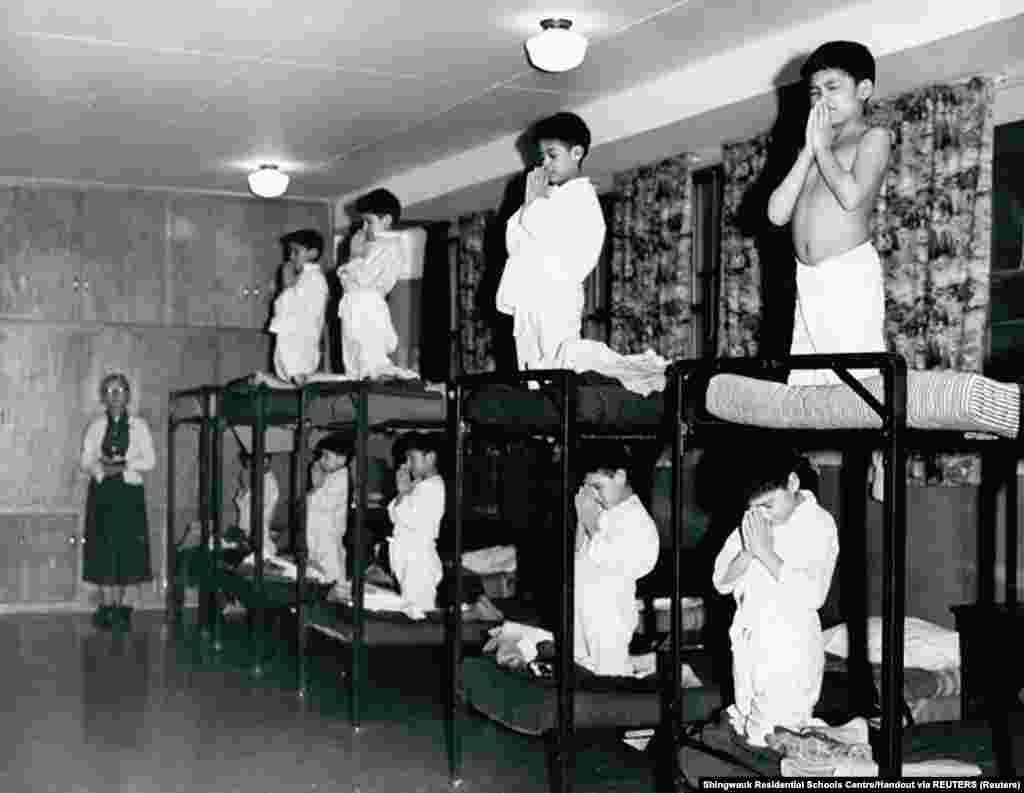 A Horden Püspök Emlékiskola fiútanulói imádkoznak fekhelyüken 1950-ben