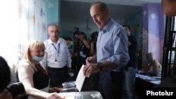 Armenia - Former President Robert Kocharian casts a ballot at a polling station in Yerevan, June 20, 2021.