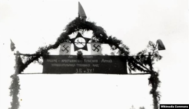 «Арка Перемоги» зі свастикою та червоною зіркою у день спільного параду Вермахту і Червоної армії після вторгнення на територію Польщі військ Німеччини та СРСР. Брест, 22 вересня 1939 року