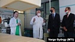 Rétvári Bence államtitkára és Hoppál Péter fideszes országgyűlési képviselő megtekintenek egy röntgengépet Pécsen, 2021. július 23-án