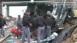 Texasda məhbusları daşıyan avtobus körpüdən aşaraq qatarla toqquşub