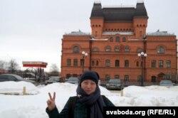Вольга Семчанка на фоне Магілёўскага драматычнага тэатру