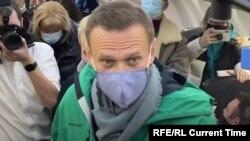 Олексій Навальний на борту літака в Берліні